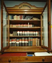 Kast met boeken en dozen uit de collectie Bakhuyzen [Foto: Koninklijke Bibliotheek, Den Haag]